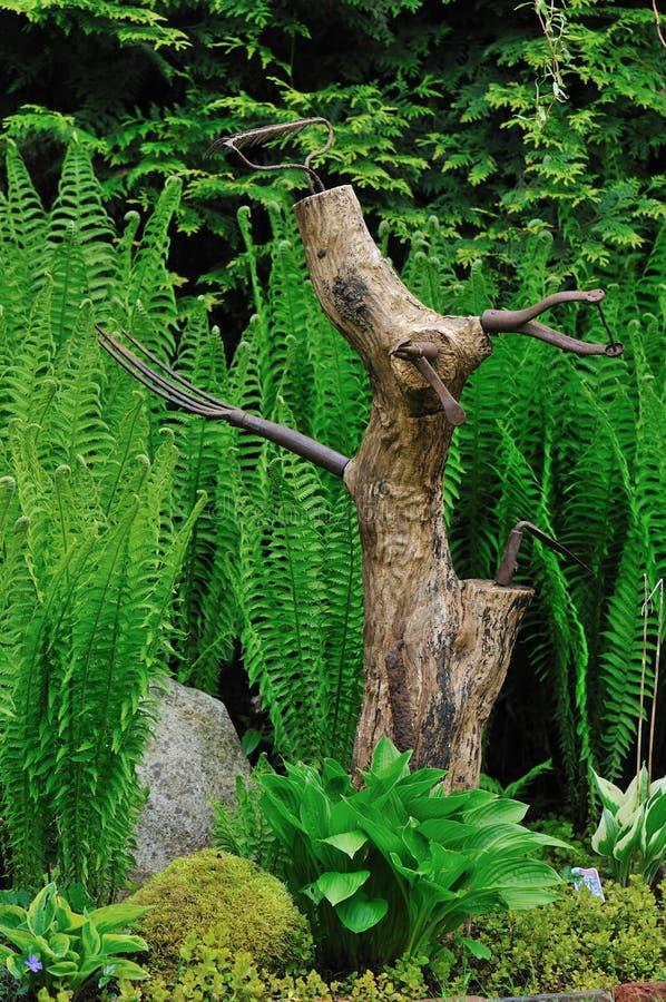 Escultura del perro del tronco de rbol en el jard n de la for Ahuyentar perros del jardin