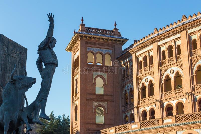 Escultura del torero delante de la arena Plaza de Toros de Las Ventas de la tauromaquia en Madrid, España imágenes de archivo libres de regalías