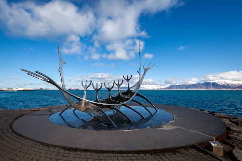 Escultura del viajero de The Sun en Reykjavik, Islandia fotografía de archivo