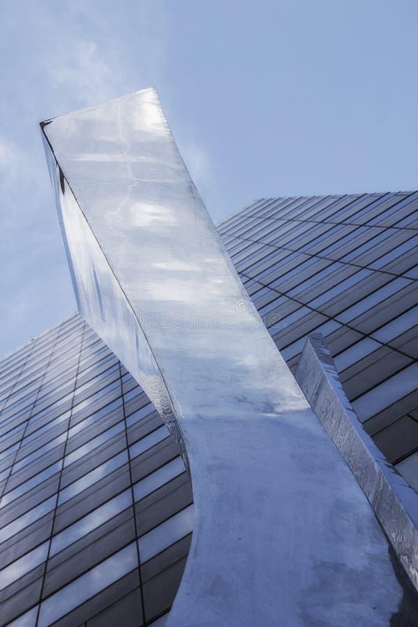 Escultura delante de un rascacielos en Charlotte, Carolina del Norte fotografía de archivo libre de regalías