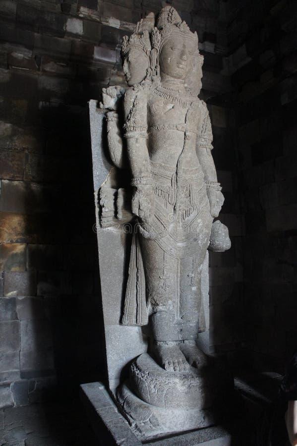 A escultura dentro do complexo do templo de Prambanan na capital cultural da ilha de Java, Indonésia imagem de stock