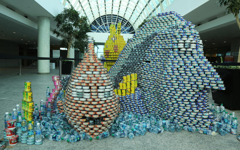 A escultura do alimento apresentou na 10o competição anual de Long Island Canstruction em Uniondale imagens de stock
