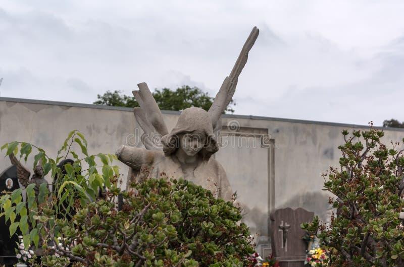 Escultura do anjo com as asas quebradas no cemitério de Poblenou fotos de stock royalty free