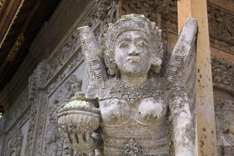 Escultura do anjo da guarda no templo hindu de Bali fotos de stock royalty free