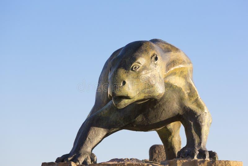 Escultura do dinossauro contra o céu azul, Ischigualasto fotos de stock