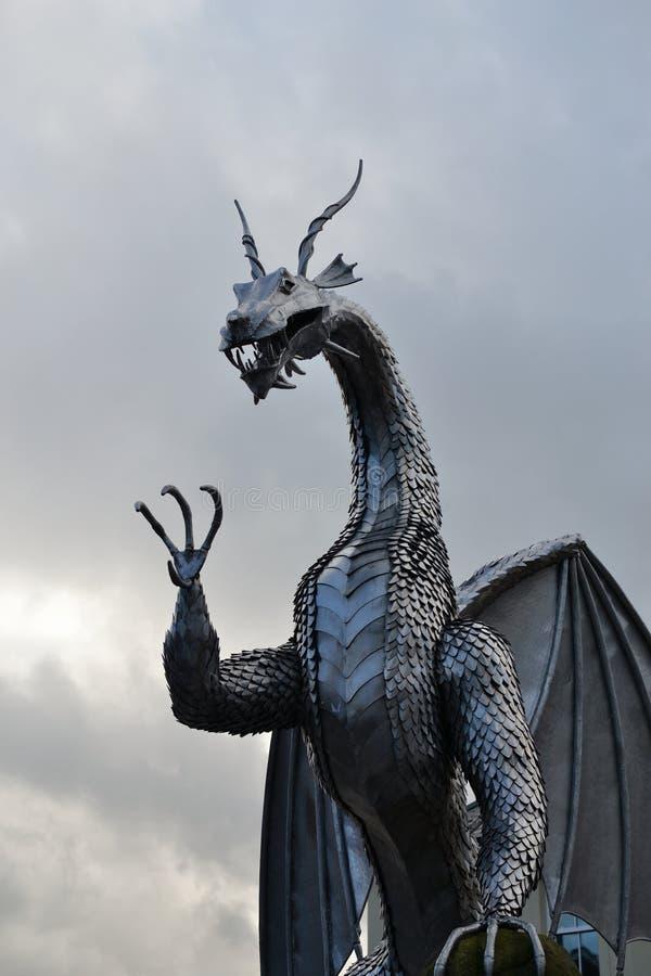escultura do dragão do metal de galês, arquitetura fotos de stock