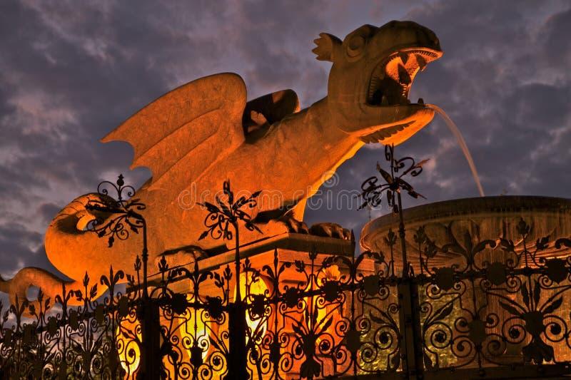 Escultura do dragão na noite imagem de stock royalty free