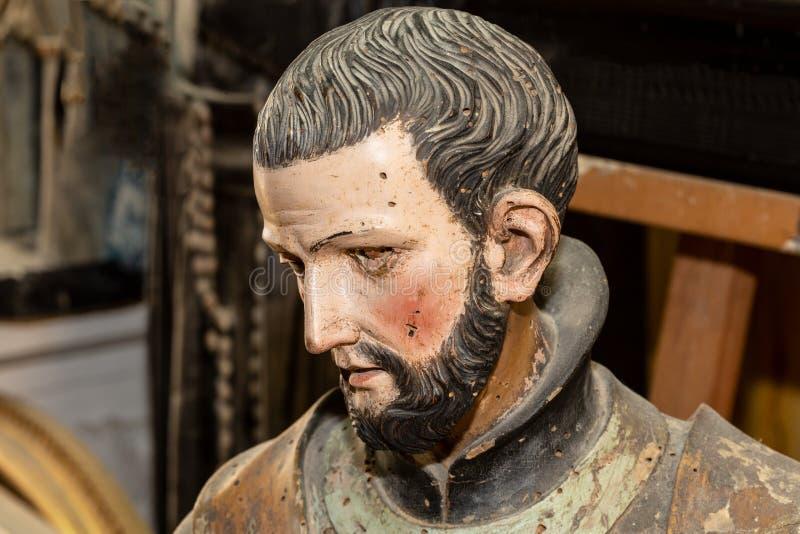 Escultura do fim da cabeça do homem acima no estúdio das artes ilustração royalty free