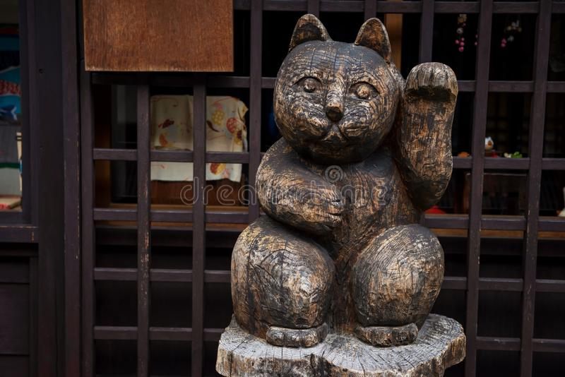 Escultura do gato afortunado de madeira fotografia de stock royalty free