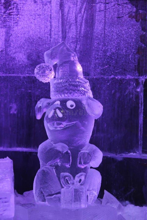Escultura do gelo de um dragão Pouco animal do porco imagem de stock