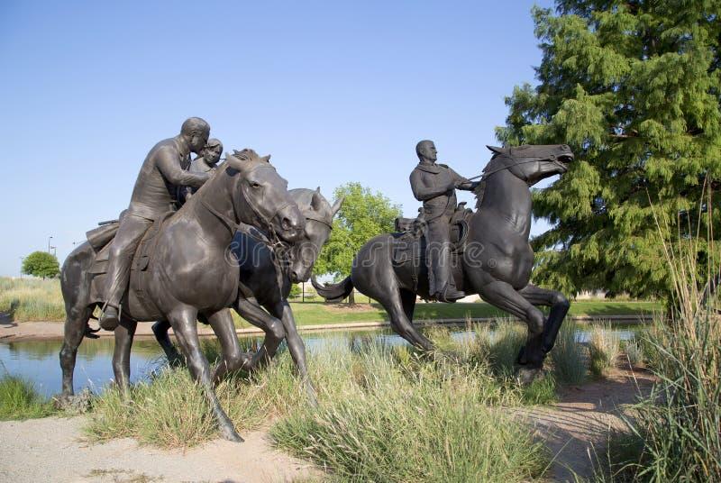 A escultura do grupo na terra centenária corre o monumento Oklahoma imagens de stock