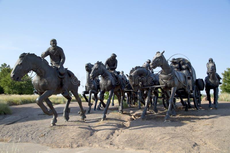 A escultura do grupo na terra centenária corre o monumento Oklahoma imagem de stock royalty free