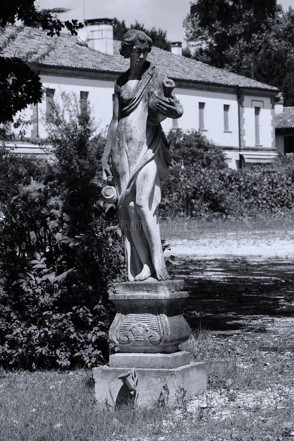 Escultura do homem no jardim italiano fotografia de stock