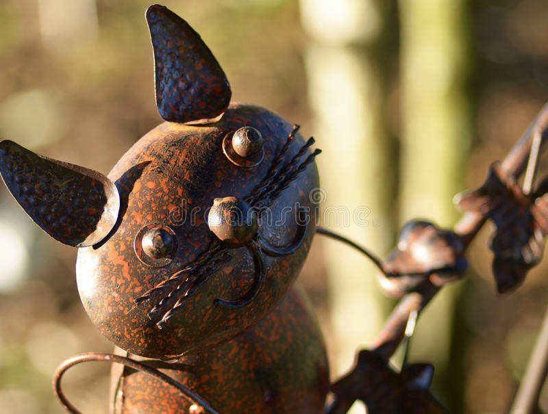 Escultura do jardim do gato do metal imagem de stock royalty free