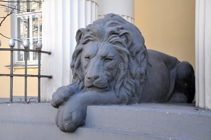 Escultura do leão do sono - extasie a decoração, Moscou, Rússia foto de stock royalty free