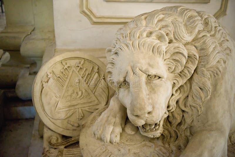 Escultura do leão na catedral imagem de stock royalty free