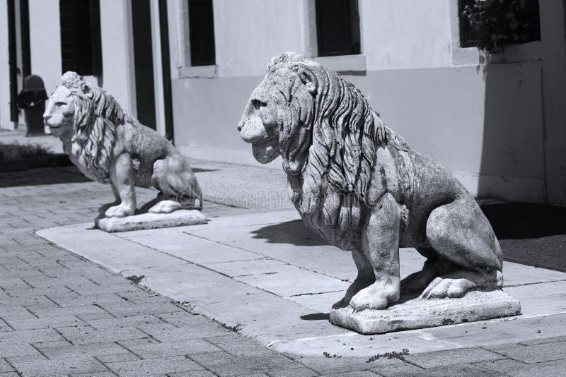 Escultura do leão no jardim italiano foto de stock