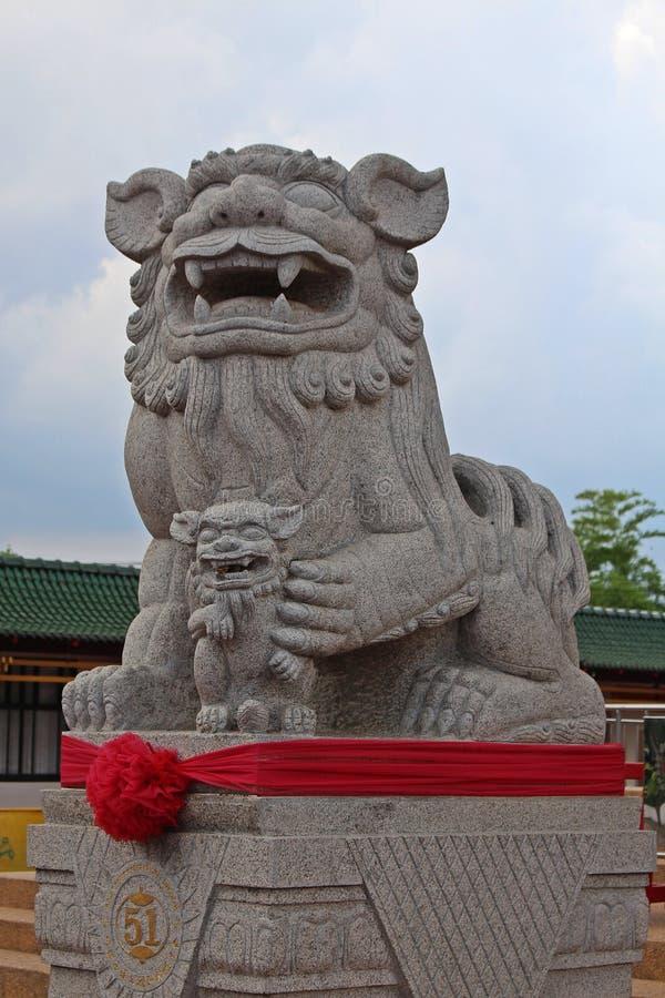Escultura do leão que obstruirá toda perigoso a alcançar na área imagem de stock