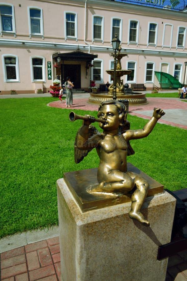 Escultura do menino com tubulação imagens de stock royalty free