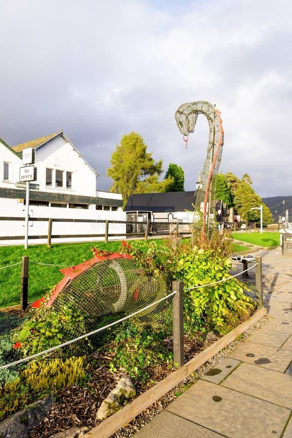 Escultura do monstro de Loch Ness na vila de Augustus do forte, Escócia fotografia de stock
