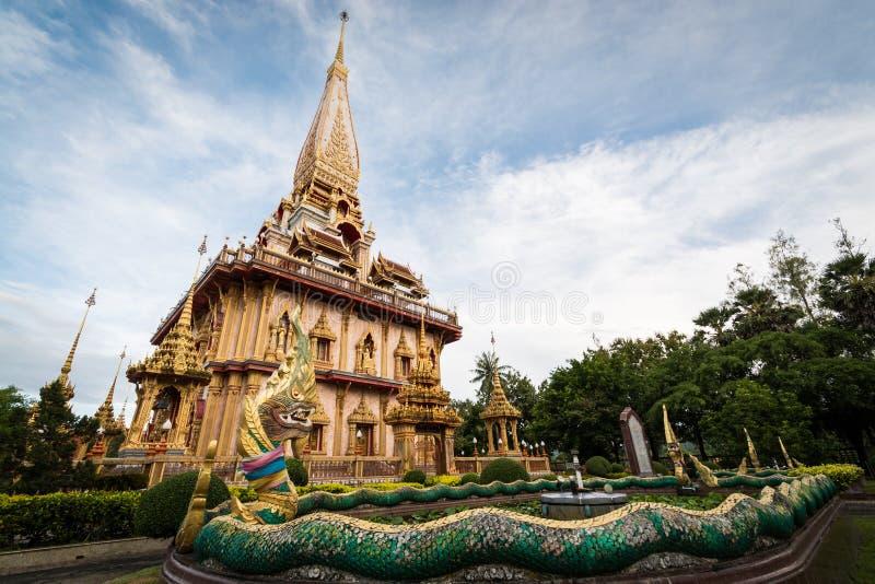 Escultura do Naga no jardim com o pagode santamente do templo do chalong fotos de stock royalty free