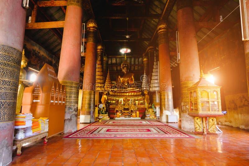 Escultura do ouro da estátua da Buda do lugar público da estátua da Buda, no templo de Wat Ratchaburana no phitsanulok, Tailândia fotografia de stock royalty free