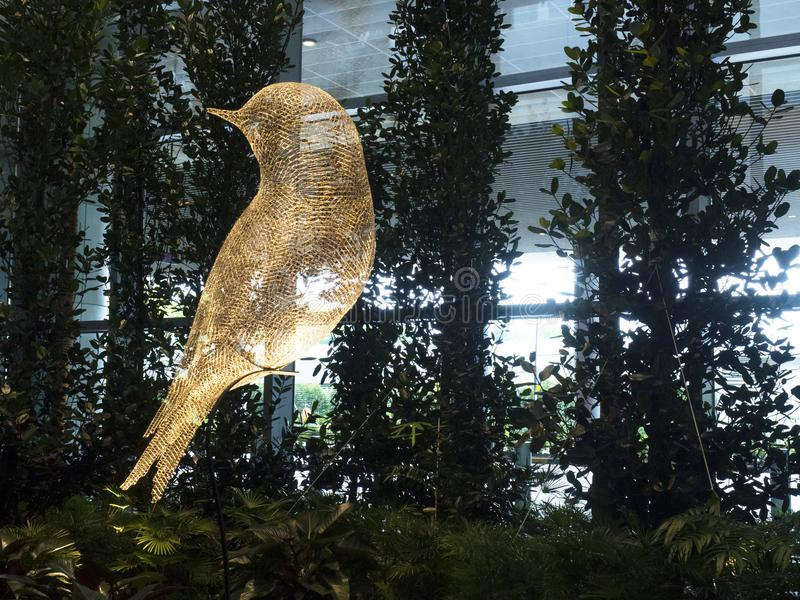 Escultura do pássaro no aeroporto internacional de Changi, terminal 4 fotos de stock royalty free
