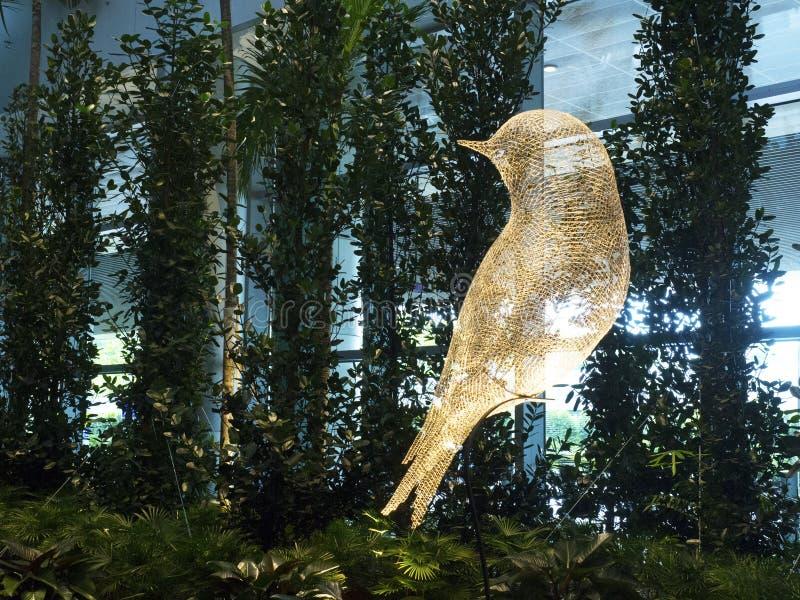 Escultura do pássaro no aeroporto internacional de Changi, terminal 4 foto de stock