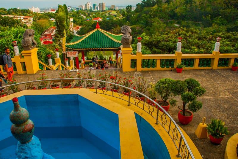 Escultura do pagode e do dragão do templo da taoista em Cebu, Filipinas fotografia de stock