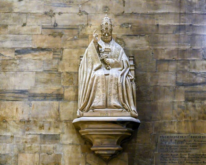 Escultura do papa Pius XI dentro de Milan Cathedral imagens de stock royalty free