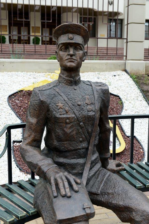 A escultura do polícia do ` The Guardian da composição da lei em todo o ` das épocas perto da construção da polícia do Nizhny nen imagens de stock royalty free