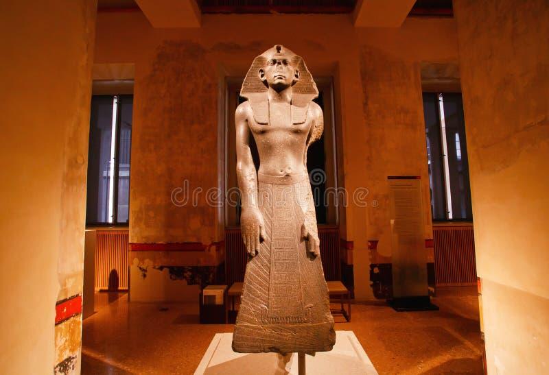 Escultura do produto manufaturado do rei egípcio no espaço do museu fotografia de stock royalty free