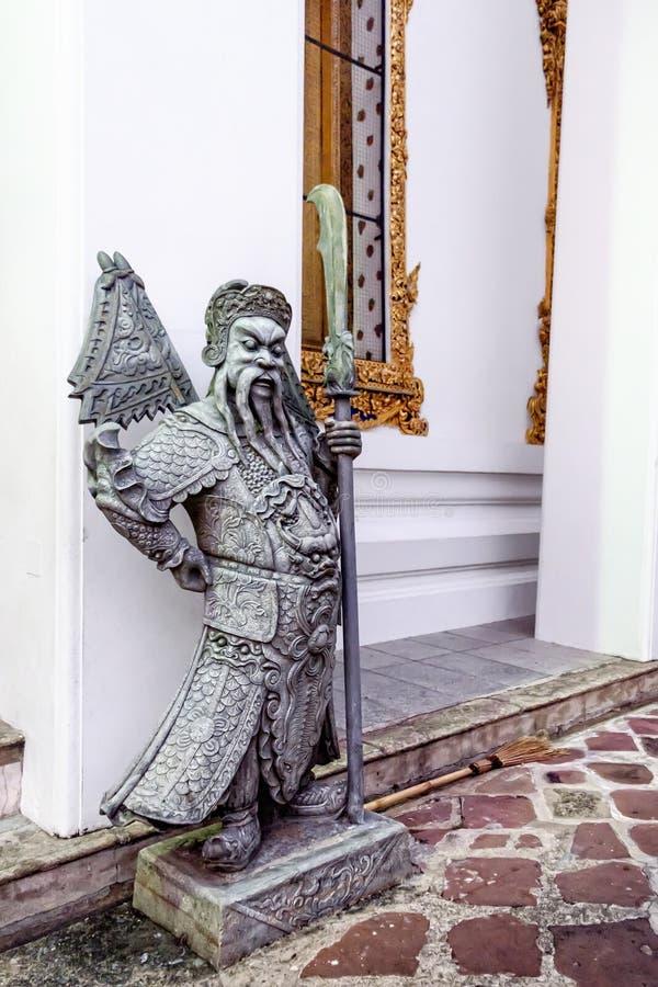 Escultura do protetor em Wat Pho Temple, Banguecoque, Tailândia fotos de stock