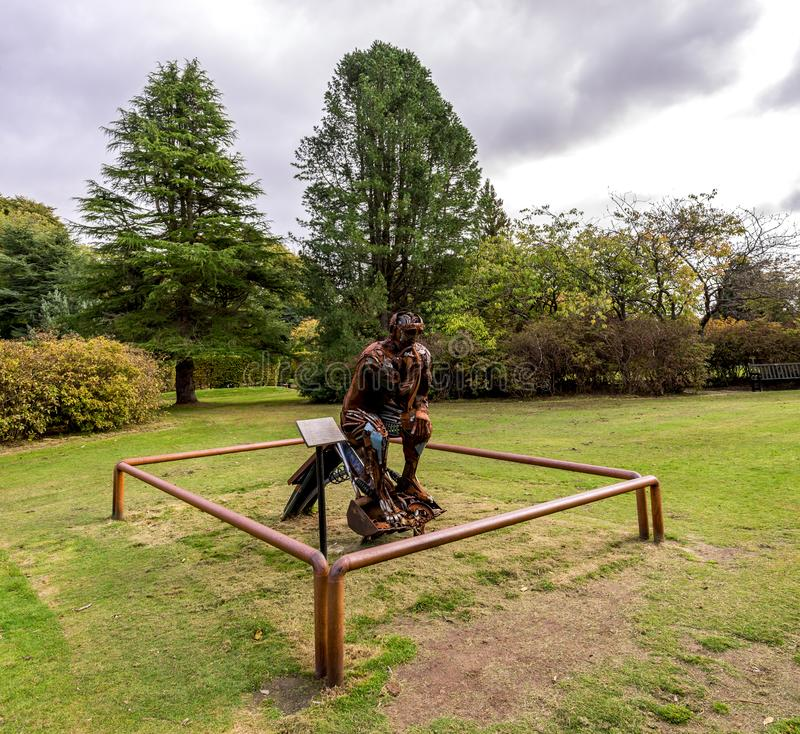 Escultura do Re-pensador feita do aço situado no parque de Hazlehead, Aberdeen, Escócia imagem de stock