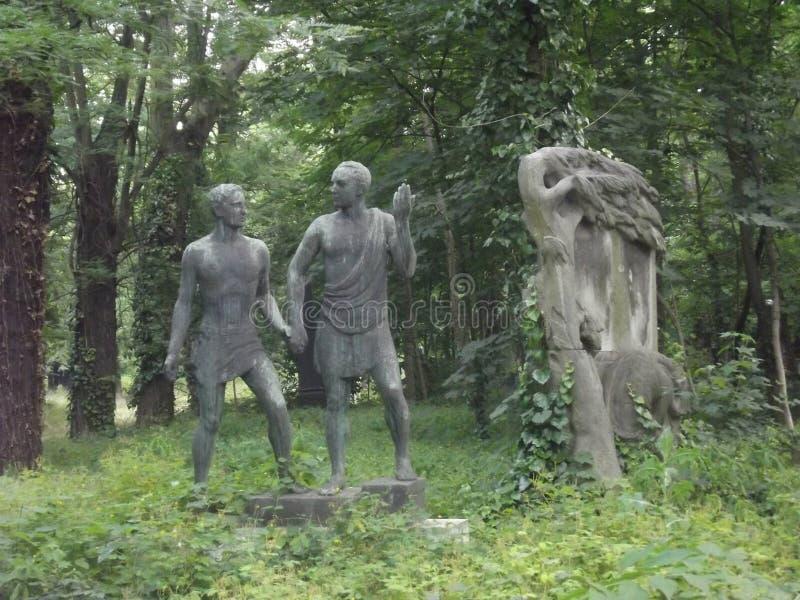 Escultura do vintage no cemitério de Budapest, Hungria fotos de stock royalty free