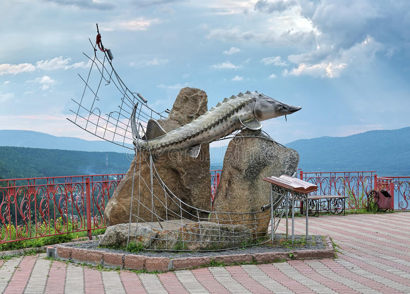 A escultura dos Czar-peixes perto de Krasnoyarsk, Rússia fotos de stock