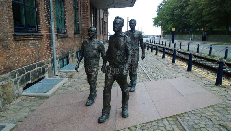 Escultura dos trabalhadores que apressam-se ao estaleiro na cidade Helsingor imagens de stock