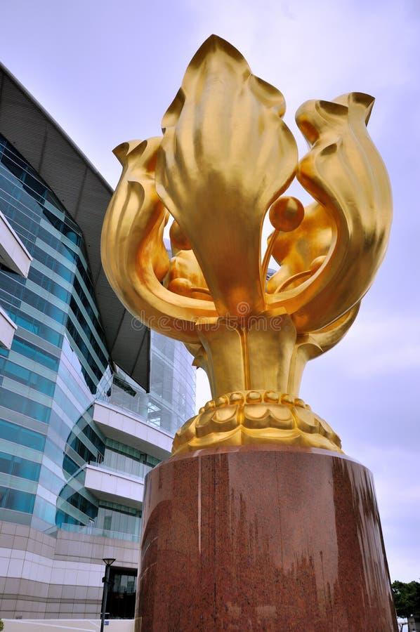 A escultura dourada do Bauhinia na convenção de Hong Kong & no centro de exposição fotos de stock royalty free