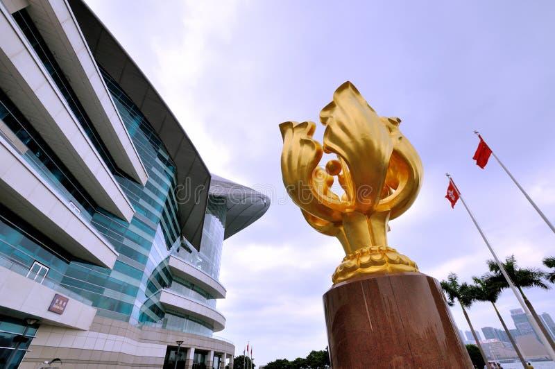 Escultura dourada do Bauhinia na convenção de Hong Kong & no centro de exposição imagem de stock