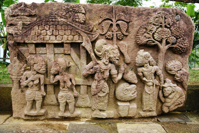 Escultura e relevo de pedra no templo de Sukuh imagens de stock