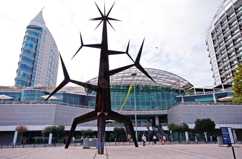 Escultura e Vasco da Gama Shopping Centre modernos, Lisboa, Por fotos de stock