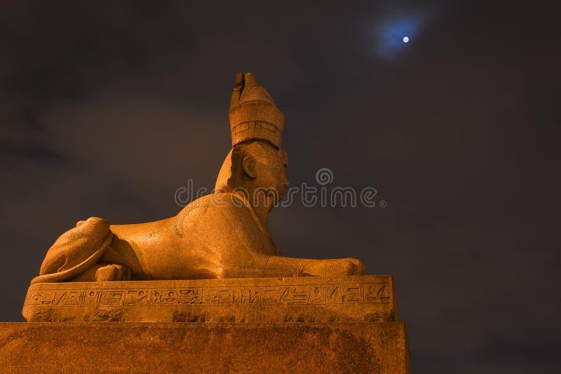 Escultura egípcia antiga da esfinge contra o céu noturno imagens de stock