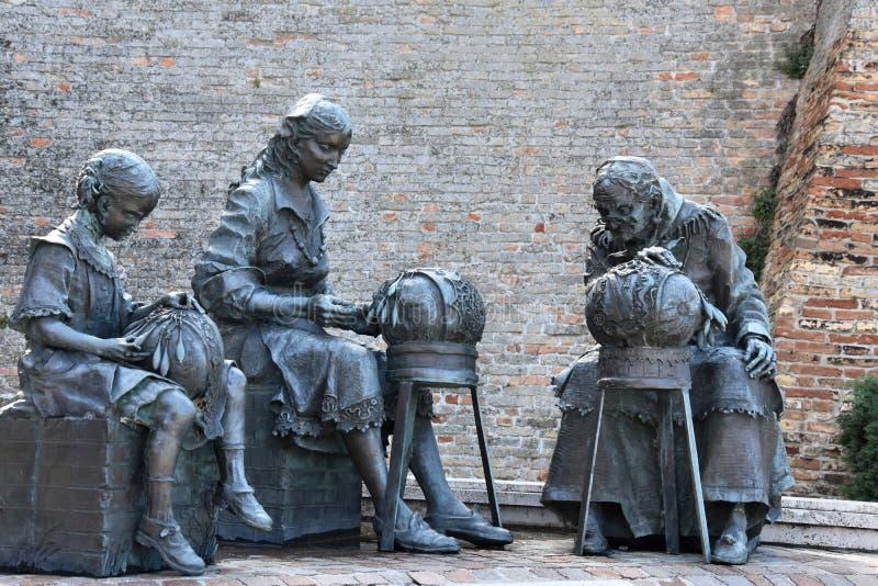 Escultura em Offida, tr?s mulheres que fazem o la?o de bobina tradicional fotos de stock royalty free