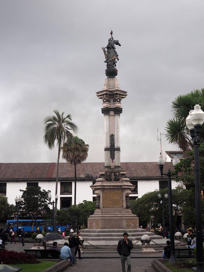 Escultura en el cuadrado central, Quito, Ecuador fotografía de archivo