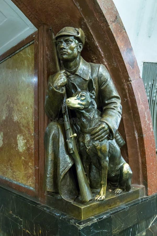 Escultura en el cuadrado de la revolución de la estación de metro en Moscú Rus imagen de archivo