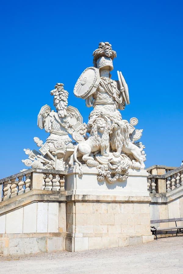 Escultura en el Gloriette en jardín del palacio de Schoenbrunn imagen de archivo