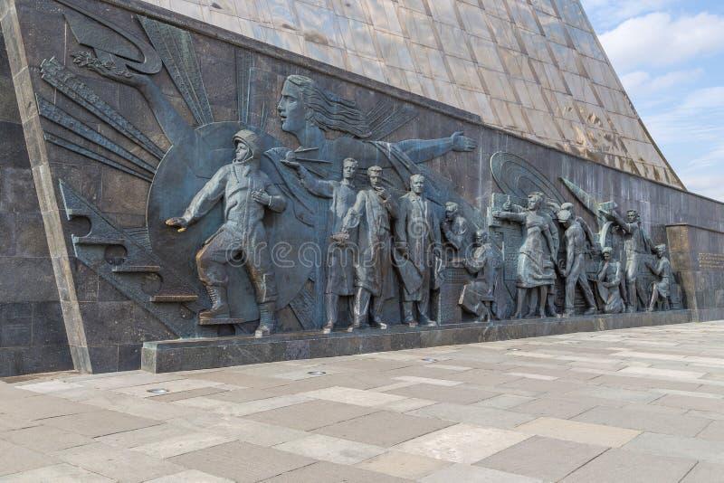 Escultura en el monumento a los conquistadores del espacio, Moscú, Rusia fotos de archivo
