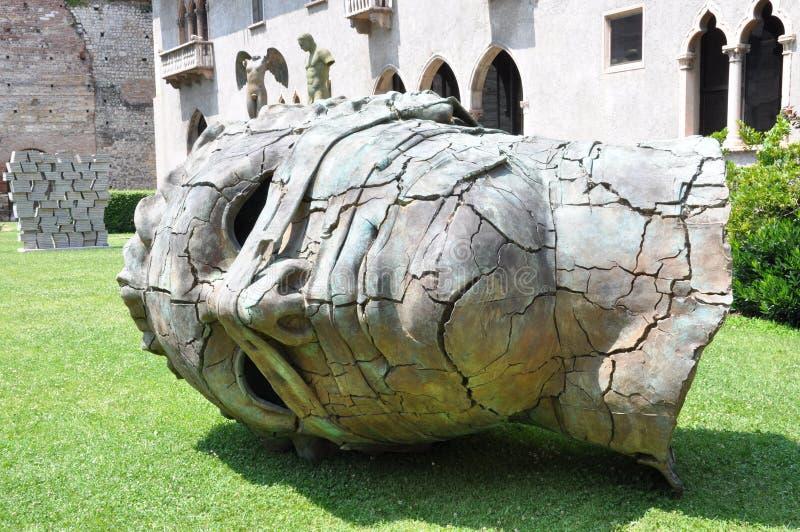 Escultura en el patio del castillo en Verona imagenes de archivo