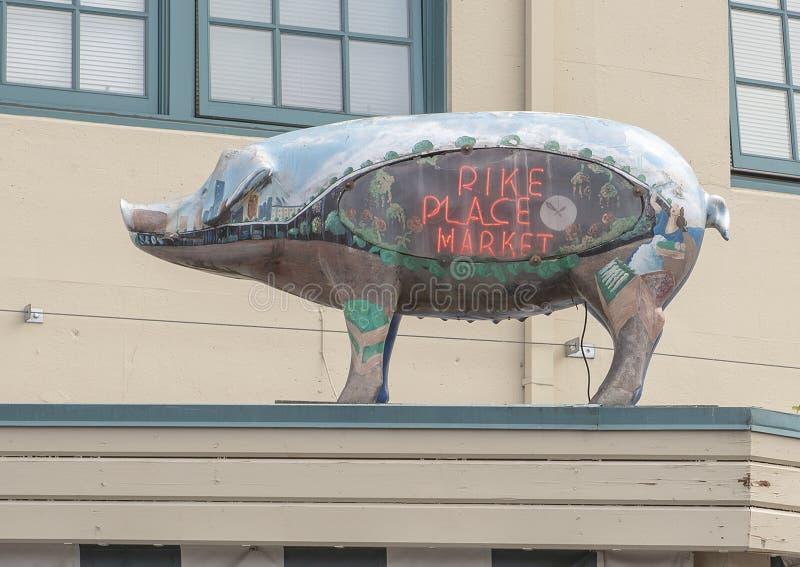 Escultura en el toldo del mercado público sanitario en el distrito histórico del mercado de lugar de Pike, Seattle, Washington de foto de archivo
