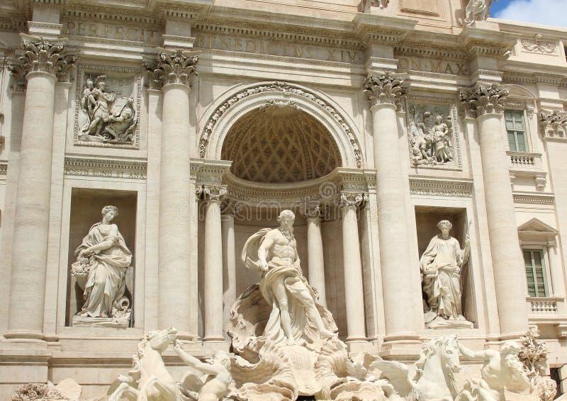 Escultura en la fuente del Trevi, Roma, Italia imagen de archivo libre de regalías